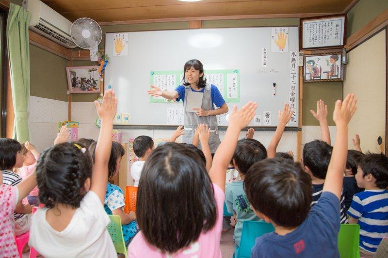 積極的に学習に参加する子どもたち