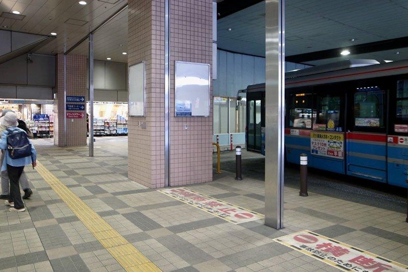 「上大岡」駅バスロータリーの降車場