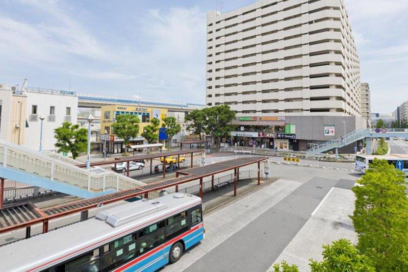 「磯子」駅西口のバスロータリー