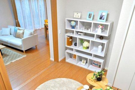 1階の洋室とリビングルーム