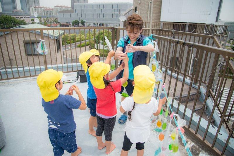 屋上で遊ぶ子どもたち